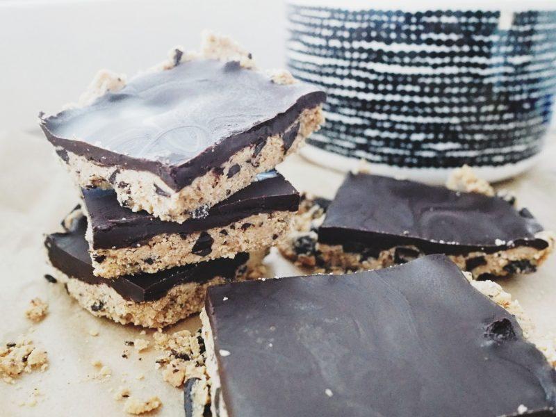 suklaapäällysteiset keksitaikinaneliöt