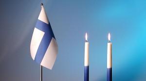 Itsenäisyyspäivä_palavat_itsenäisyyspäivän_kynttilät_kynttilä_Suome_+lippu_+pöydällä