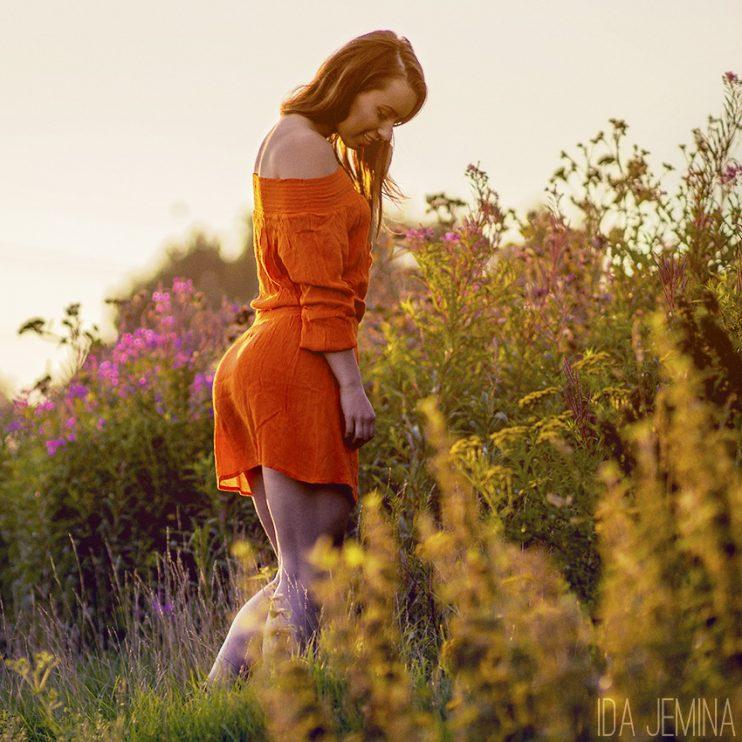 oranssi mekko kukkaniitty