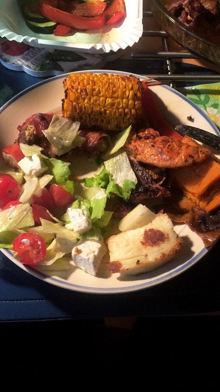 Ruoka-Maissi-halloumisjuusto-liha-salaatti