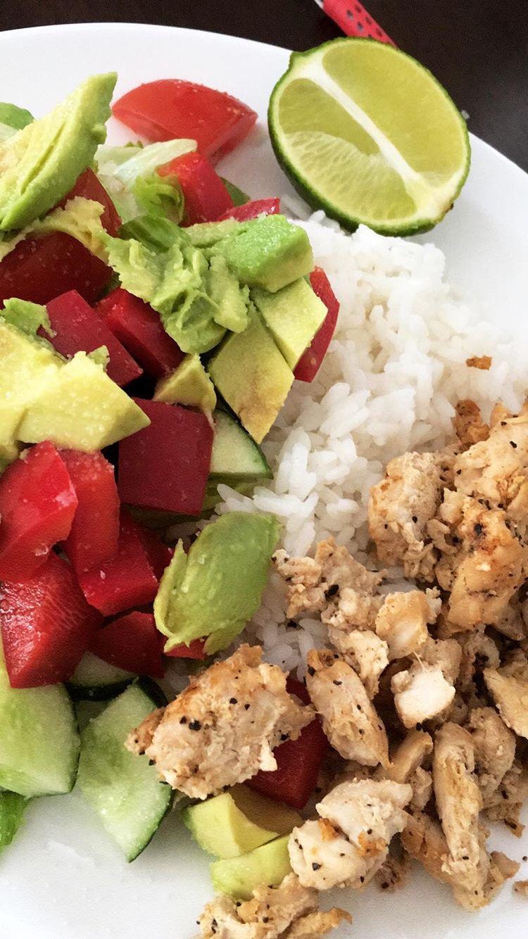 Terveellinen-Lounas-kana-riisi-salaatti-avokado
