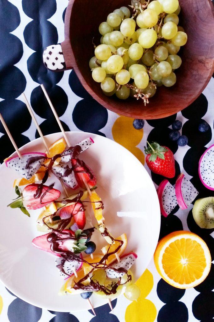 Vinkki vappupöytään: helpot ja herkulliset marja-hedelmävartaat raakasuklaalla