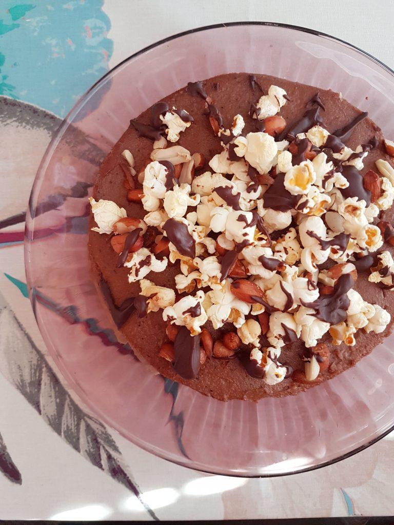 Snickers-Popcorn raakakakku