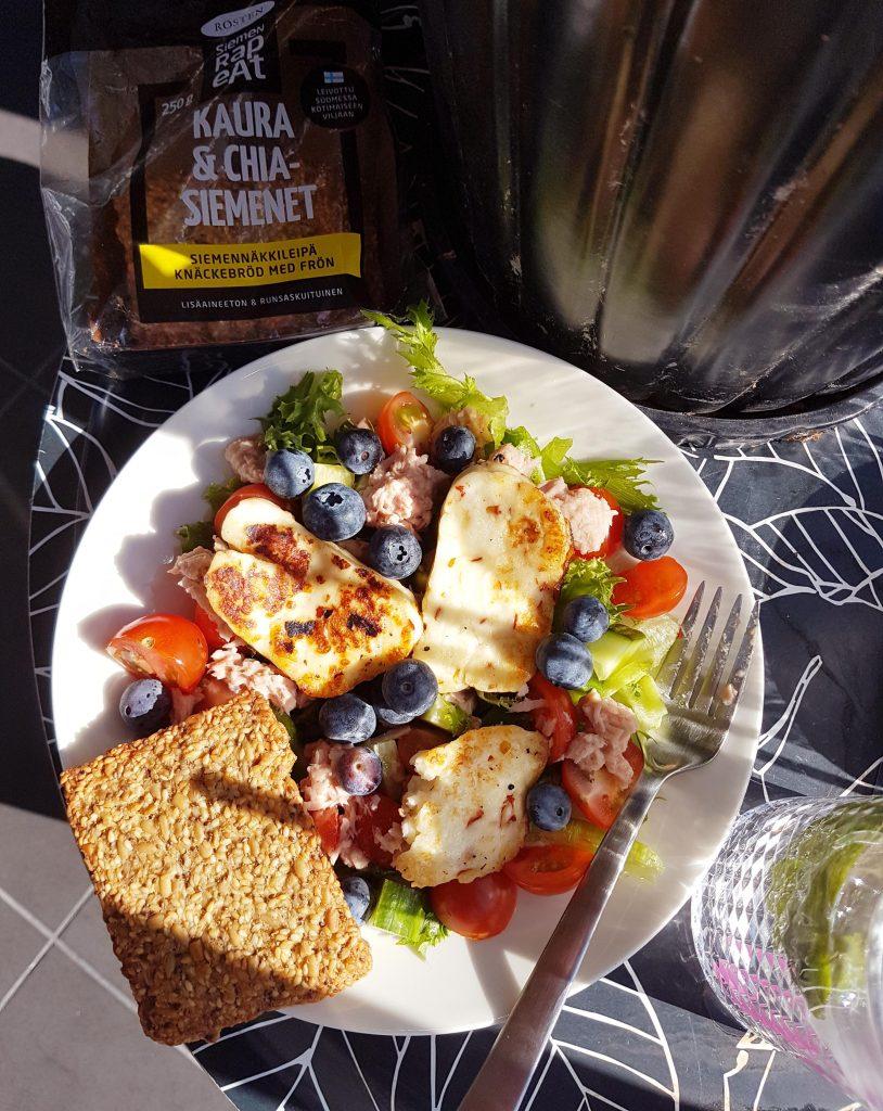 Mustikkainen tonnikala-halloumisalaatti