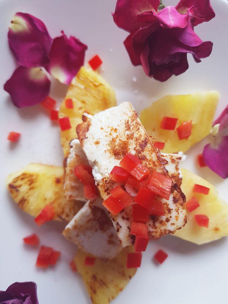 Proteiinipitoinen paneer-juusto paistetun ananaksen kera