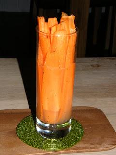 Halloumi-salaattia, ananassalsaa ja porkkanadippiä