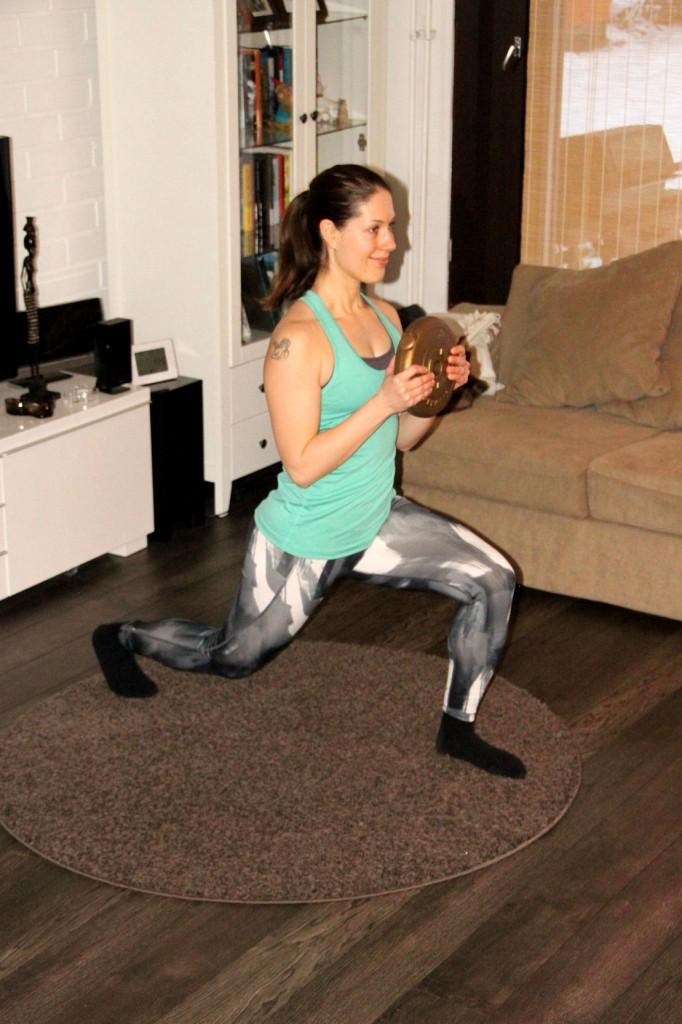 Ota pitkä askel toisella jalalla taakse koukistaen samalla molemmat polvet. Tee painolla yhtäaikaisesti hauiskääntö. Ponnista jalka takaisin toisen viereen suoristaen samalla käsivarret. Tee sama toisella jalalla.