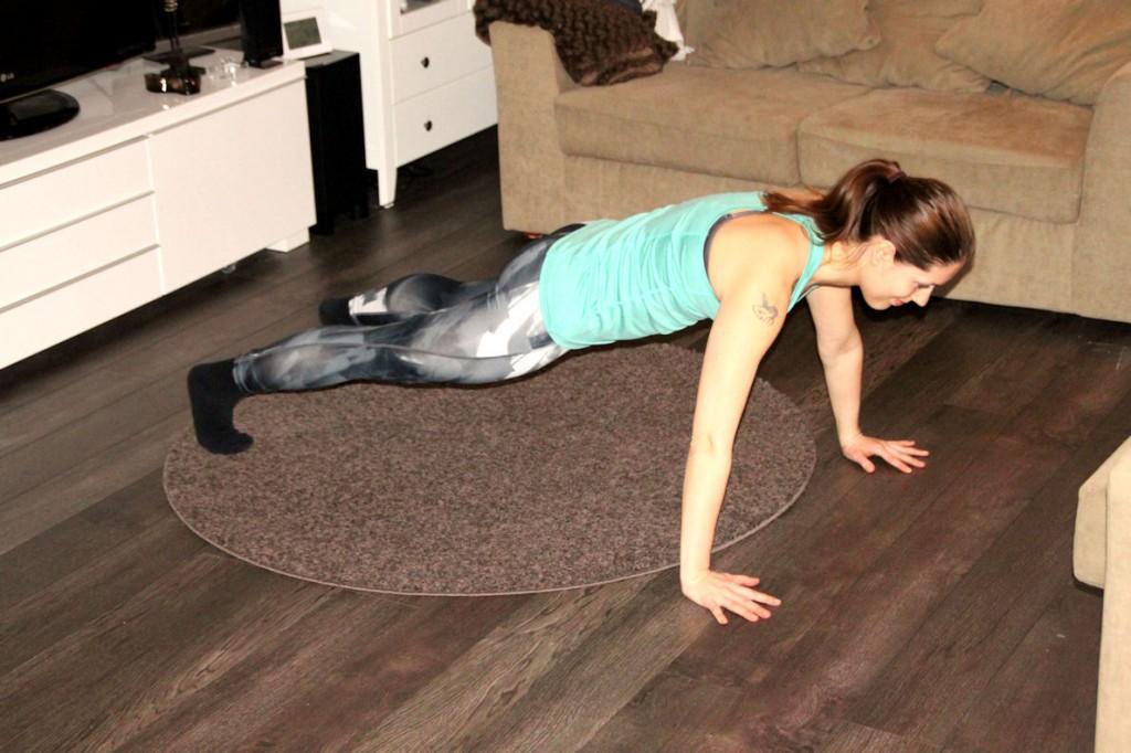 Asetu lattialle lankkuasentoon. Polvet voivat olla ilmassa tai alustalla. Kämmenet ovat hieman haritoita leveämmällä. Jännitä keskivartalon lihakset.