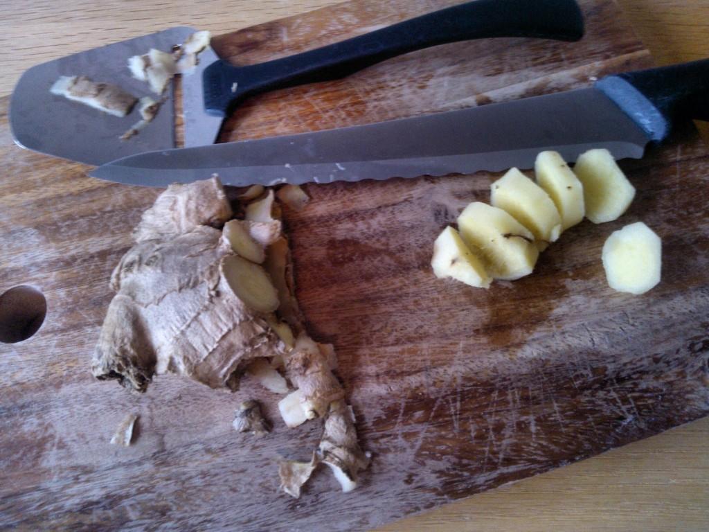 Katkaise muutaman sentin pala inkivääriä ja kuori se. Kuoriminen onnistuu mun mielestä kätevästi juustohöylällä.
