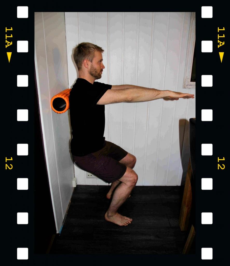 Yläselän lihaksia voi rullata myös selkä seinää vasten. Samalla reidet ja keskivartalo joutuvat töihin.