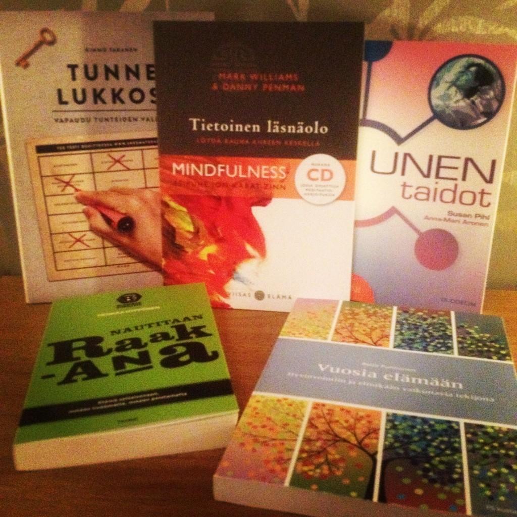 Mä oon tosi tiedonjanoinen. Tällä hetkellä työn alla henkiseen valmennukseen, meditaatioon ja uneen liittyvää kirjallisuutta.. :)