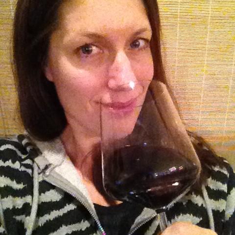 Välillä mietin, pitäiskö mun olla tikimmässä kunnossa ollakseni uskottavampi. Mutta sitten aina mietin, että viihdyn juuri tässä kropassa tällaisena kuin olenkin. Ja kyllä - mielestäni PT voi nauttia viiniä ja suoda silloin sen luvan asiakkaillekin. :)