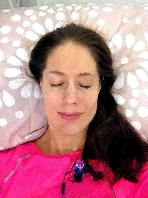 Mikäs siinä, kun pääsee rentoutumaan mukavaan tuoliin pehmeän peiton ja tyynyn kera. Tällaista hoitoa testaan mielelläni. :)