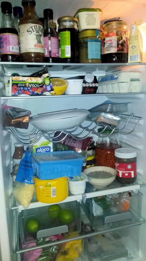 """Mikä sekasorto! Mulla on jääkaapin siivous edessä, ja aion ottaa käyttöön """"syö heti"""" -hyllyn."""