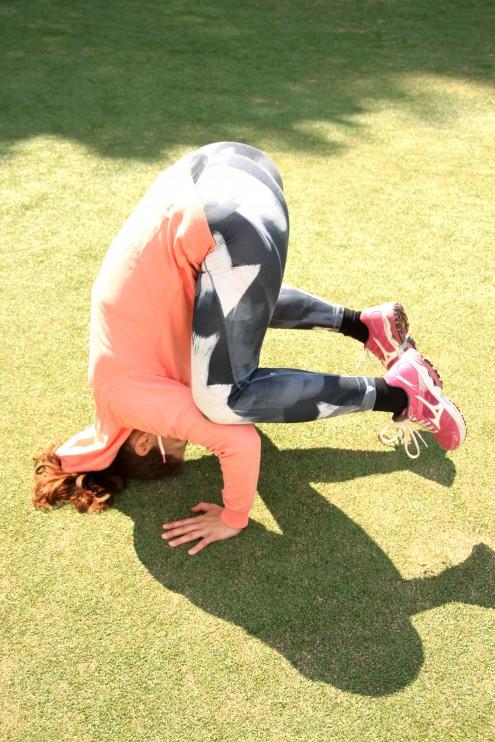 Tuomiojärven tekonurmialueella on hyvä harjoitella päälläseisontaa. Telineitä voi käyttää tukena. Yksi helpotettu versio on nostaa polvet tukemaan kyynärvarsiin. Siitä voi kokeilla ojentaa jalat ylös. Multa ei vielä onnistu. ;)