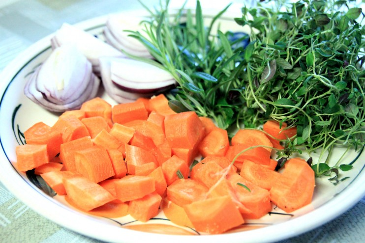 Porkkanat, sipulit ja tuoreet yrtit maustavat potkaa.