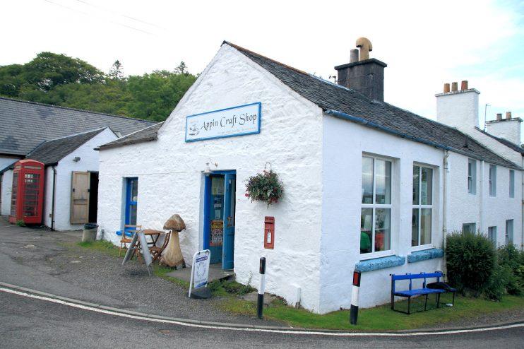 Länsi-Skotlannin talot olivat kauniita, valkoisksi kalkittuja.
