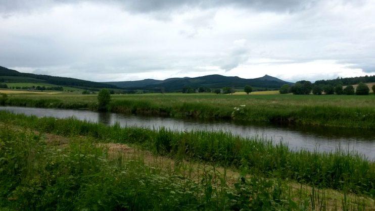 Kävelin pitkin joen vartta.