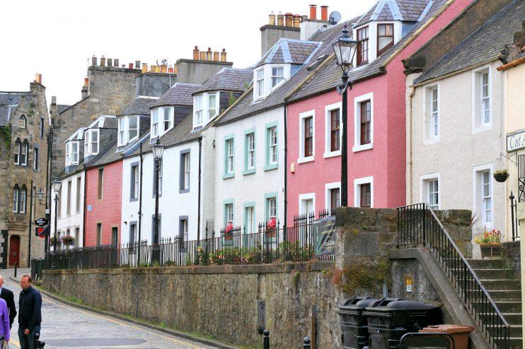 South Queensferryn pastillinvärisiä taloja.