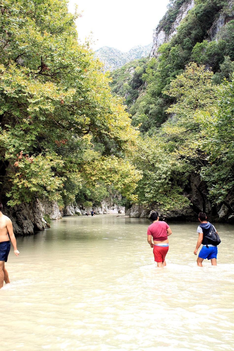 Minäkin kävin uimassa Styx-virassa, jossa Achilles on kastettu. Ensiksi en meinannut uskaltaa, sillä vesi oli jääkylmää!