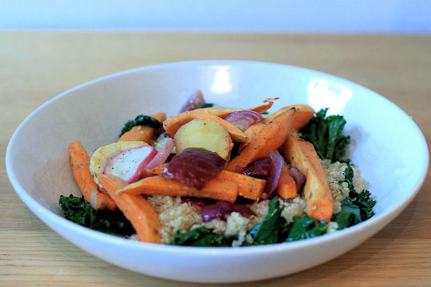 Sitten erilaisia vihanneksia tai juureksia tuoreena, höyrytettynä tai paahdettuna.