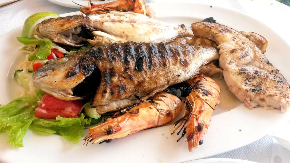 Syötiin reissun aikana useampi kala-ateria kahdelle. Ne veivät kaikki kielen mennessään! Ravintolasta riippuen annoksissa oli erilaista kalaa, mustekalaa, jättikatkiksia, simpukoita… nam, nam, nam!