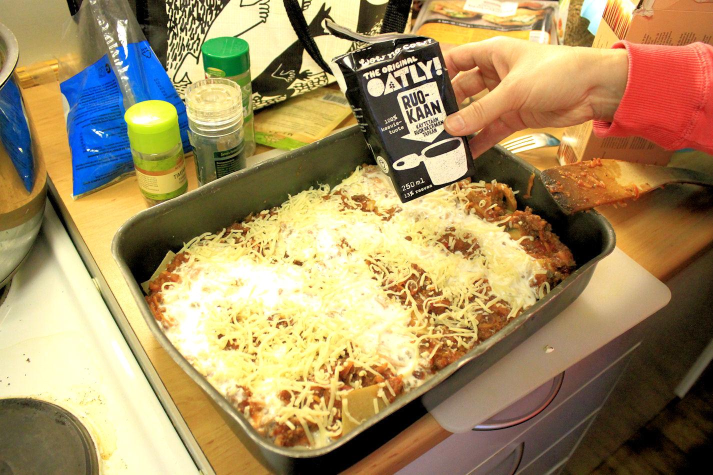 Kaurakerma käy lasagneen mainiosti. Hyvää vegaanista juustoa en puolestaan oo löytänyt. Oisko vinkkejä?