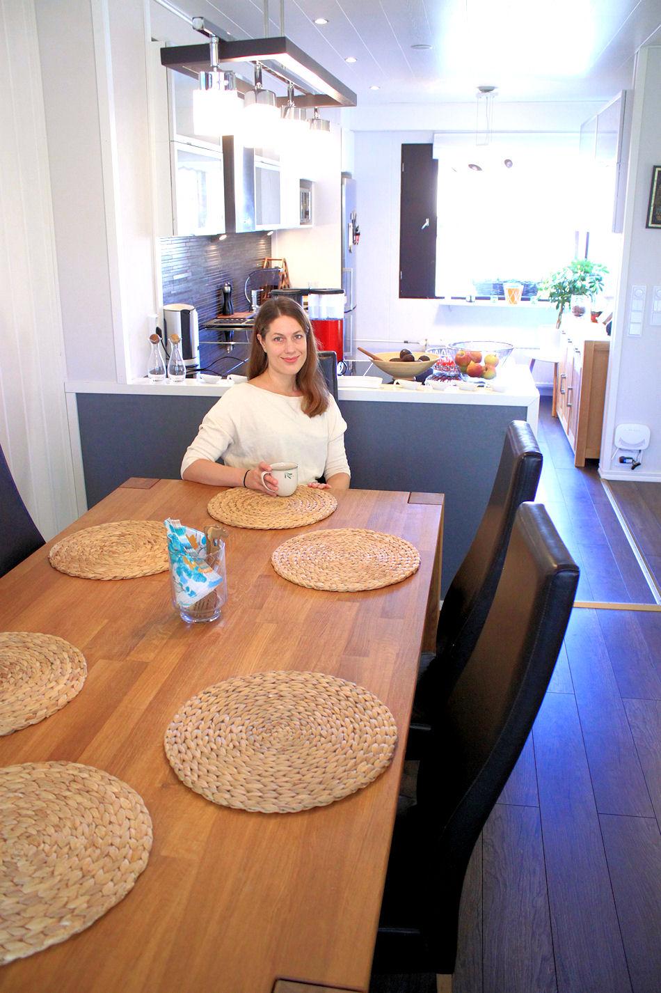 Ruokailutilan pöytä on ostettu Tallinnasta. Olimme hakemassa sieltä remonttitarvikkeita, kun se osui silmään ja oli pakko saada matkaan. Rakastan edelleen tammista täyspuupöytäämme, vaikka muuten sisutukseen ei ole oikein panostettukaan.