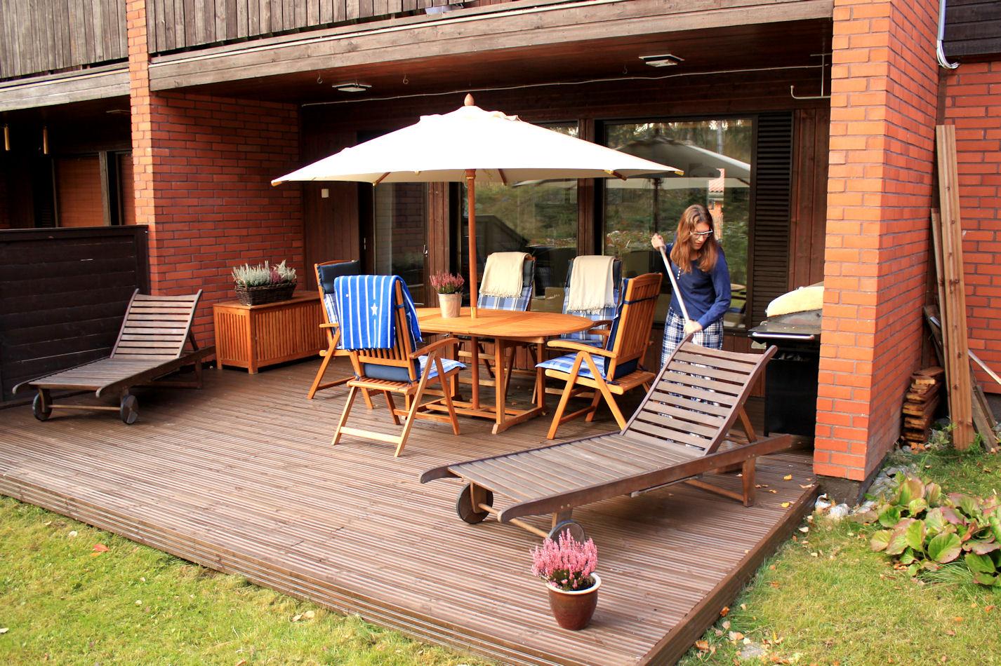 Vielä on kesää jäljellä.. ;) Lomaviikolla tarkoitus pestä ja käsitellä terassin kalusto ja laittaa talveksi varastoon, mutta se jäi nyt vielä.. odotellaan ensilumia.. ;)