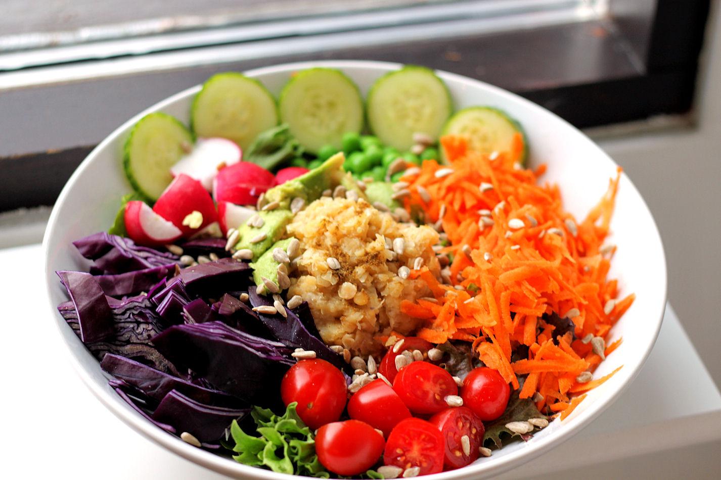Kokoa lautaselle erivärisiä vihanneksia, niin saat vitamiineja. Lisäksi proteiineja ja hyviä rasvoja. :)