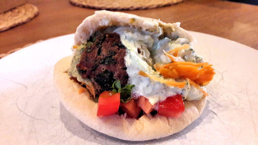 Ruokavinkki viikolle: karitsapyörykät pitaleivän, tsatsikin, hummuksen ja kasvisten kera