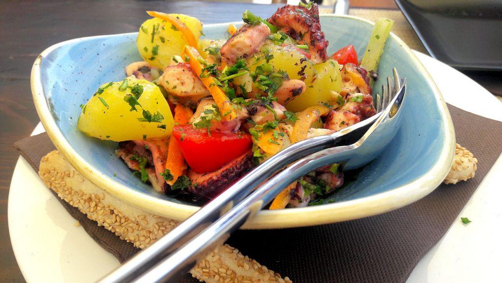 Palanen Sisiliaa lautasella – mustekala / meritursas kruunaa kesän perunasalaatin