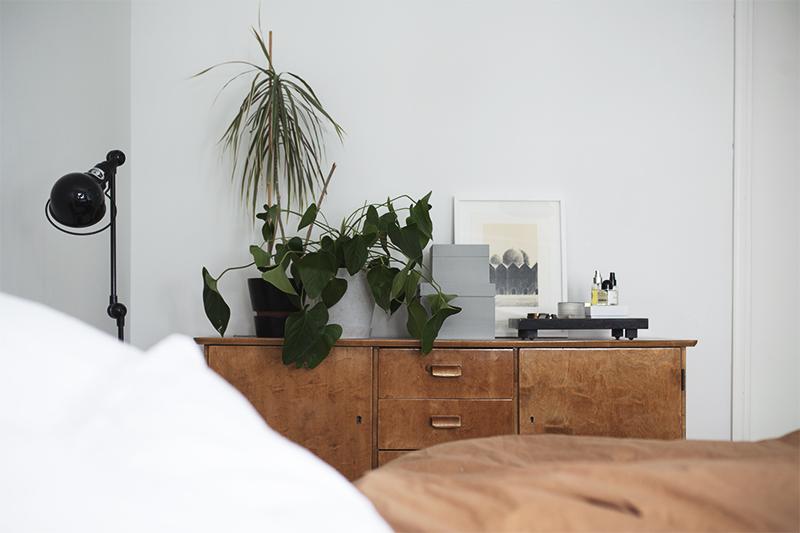 Makuuhuoneessa nyt: vanhoja kalusteita ja lämmintä tunnelmaa
