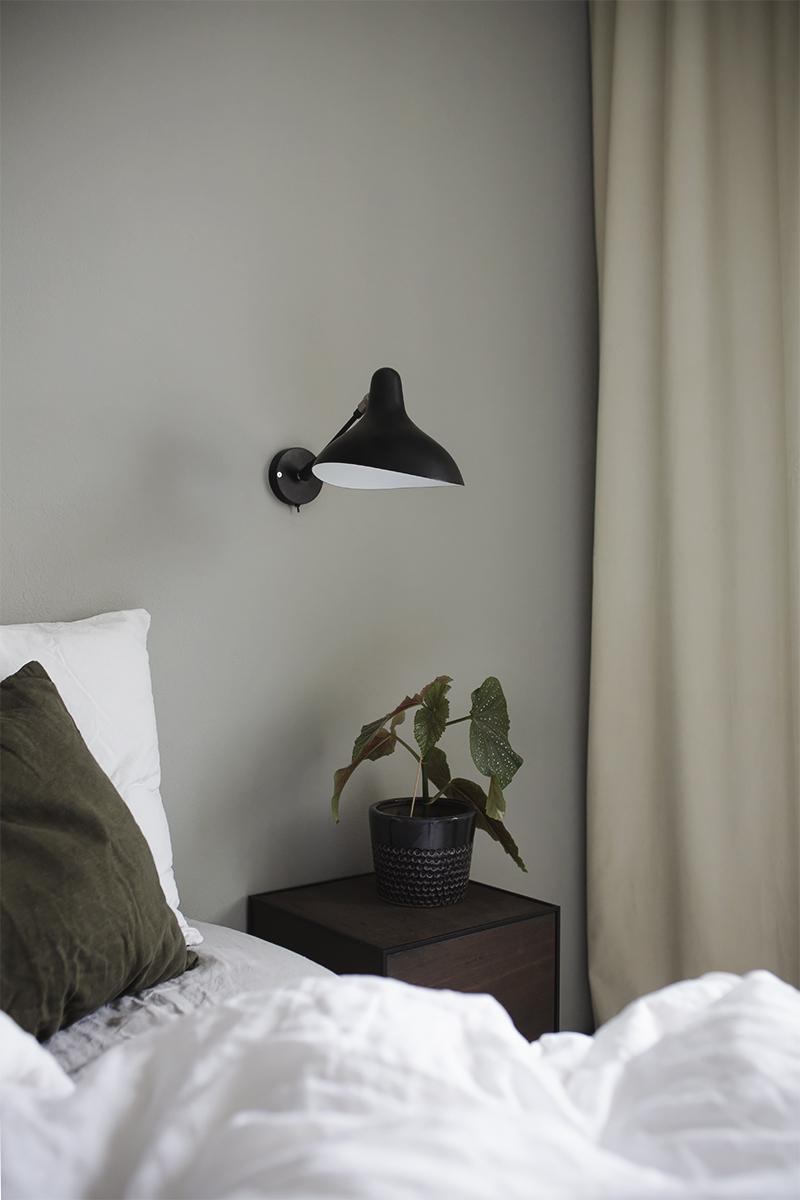 Tummanvihreää makuuhuoneessa