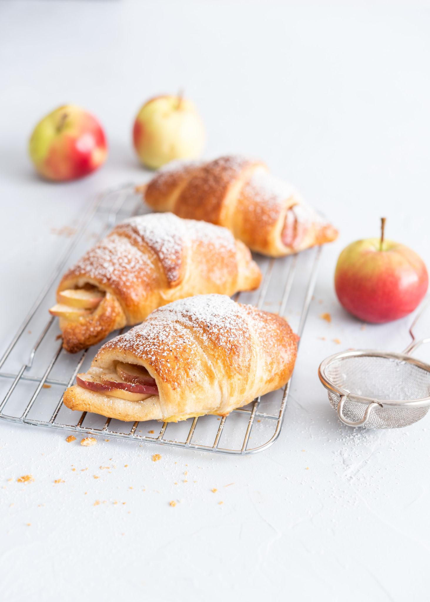 Omena-valkosuklaatäytteiset croissantit