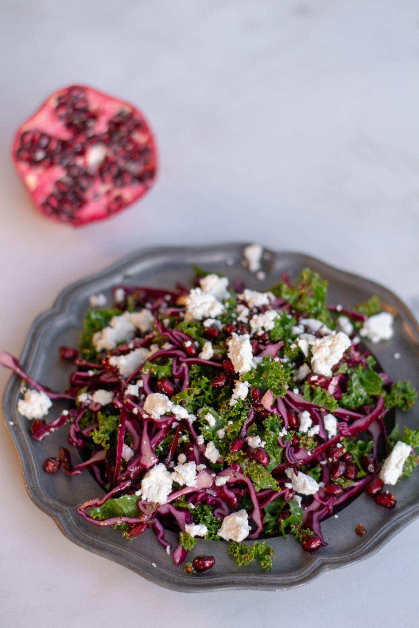 Kahden kaalin salaatti granaattiomenalla