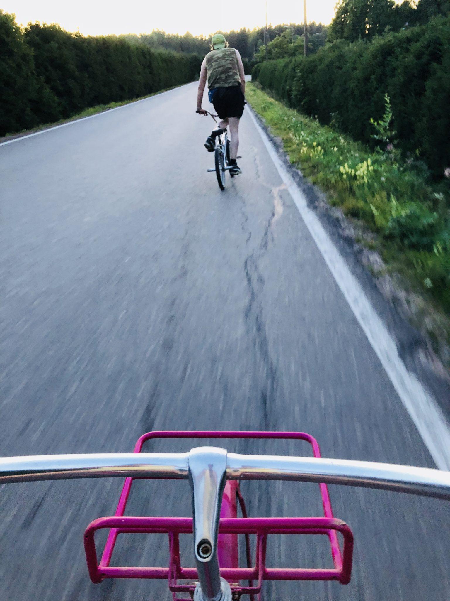 Kun lapset eivät ole kotona, voivat aikuiset pyöräillä rauhassa!