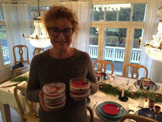 Joulukattausta tekemässä. Jälkiruoka oli ihanaa! Maistoin vain kaksi pientä lusikallista, koska olen sokerilakossa. Pieni lipsuminen, koska onhan se maistettava mitä tekee!?