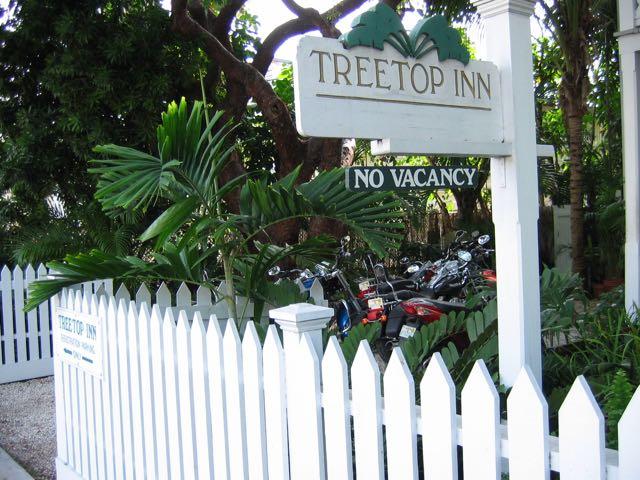 Meidän majapaikan kyltti Key Westissä kauan sitten
