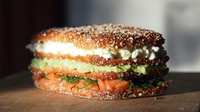 Kolme palaa Vaasan Kaurasydän leipää alentaa kolesterolia. Kyllä tän söis! Ja tässä on jo neljä!