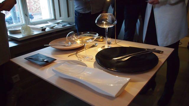 Ravintolan astioita. Nuo lasit ovat pökerryttävän ihanat. varsinkin kuohuviinilasi, tuo laaja malja!