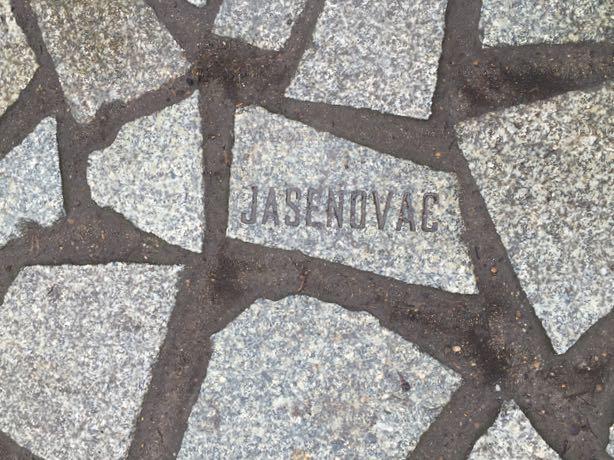 Kävimme myös natsi-saksan romaniuhrien muistomerkillä, joka on kaunis vesiallas. Allasta ympäröi kivetys ja kivissä on joidenkin uhrien nimiä. Romaneja murhattiin noin puolimiljoonaa natsien toimesta.
