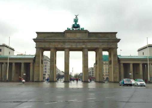 Pakkohan se oli kuvata Branderburgin porttikin, vaikka menasin kyllä jäädä auton alle siinä keskellä katua tötöillessäni!