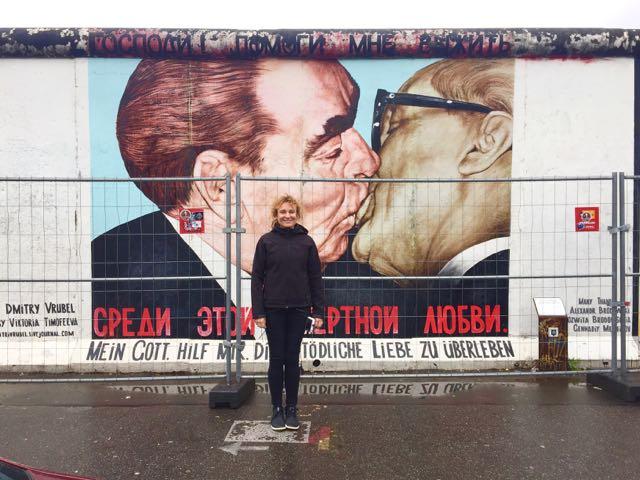Leonid Brezhnevin ja Erich Honeckerin veljellinen suudelma on ikuistettu Berliinin muuriin pätkälle, joka on säästetty muistomerkiksi.