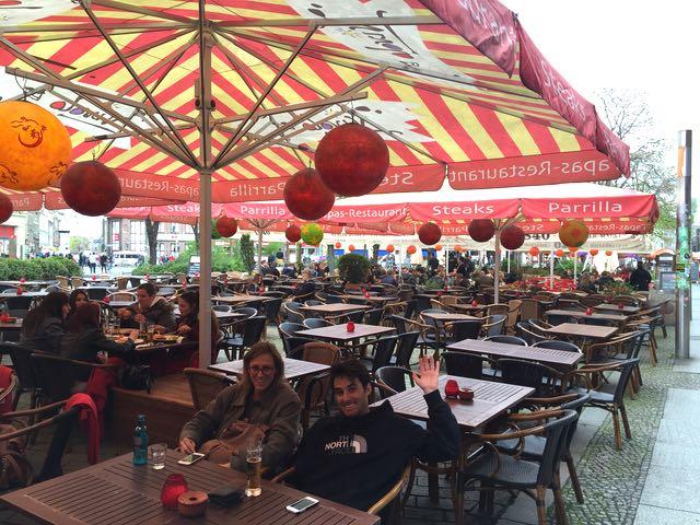 Hackescher Markt –aukiolla on pitkä rivi ravintoloita, jotka olivat vielä tyhjillään, mutta kun kevät etenee, uskon että täällä juodaan monta hyvää olutta