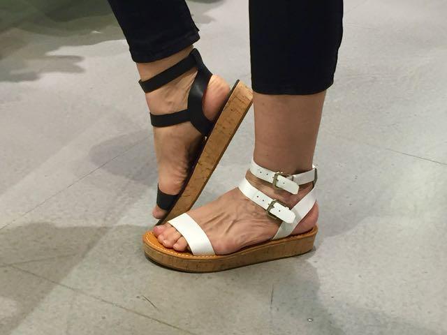 Mall of Berlinissä on kaikki mahdolliset liikkeet. Päätimme ettemme mene yhteenkään sellaiseen, joka löytyy myös Suomesta. French Connectionista ostin mustat ja valkoiset sandaalit ja hajuvettä.