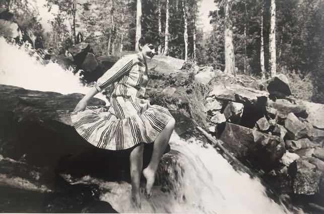 Laiton tämän jutun kuvitukseksi joskus 50-luvulla kuvatut Marimekon mainoskuvat, joissa äitini on mallina. Kuvat otettiin jossain Kuusamon seudulla ja mukana oli vain kuvaaja, jonka nimeä en valitettavasti tiedä eikä äiti saa päähänsä sitä millään, vaikka on ihan terävässä kunnossa edelleen. He nukkuivat erämajoissa ja ainakin kerran näköjään joivat kahvia paikallisten porukoissa!