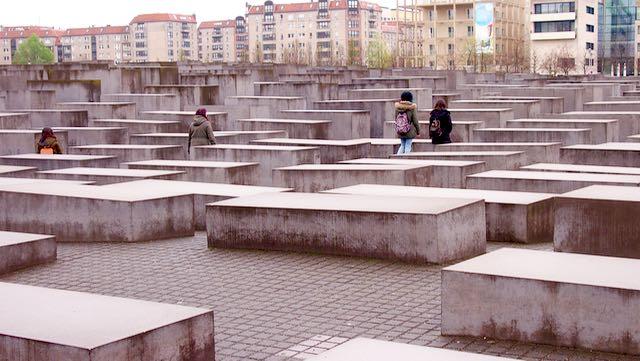 Holokaustimuistomerkki on vaikuttava. Muistomerkki muodostuu 2 711:stä betonisesta paadesta, jotka on sijoiteltu kahden hehtaarin alueelle ja sen on suunnitellut Peter Eisenman