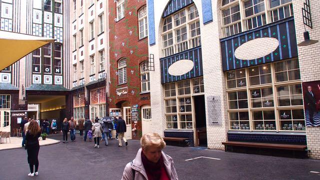 Hackesche Höfe on jugend-tyylinen rakennuskompleksi johon liittyy kahdeksan viehättävää sisäpihaa, joissa on ravintoloita, kahviloita ja pieniä putiikkeja. Alue on aivan Hackescher Markt aukion vieressä ja sinne pääsee hyvin S-junalla.