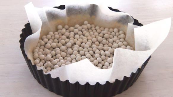 paista ensin pohjaa piirakkahelmien tai kuivien herneiden kanssa.